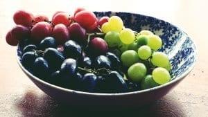 Verschillende druivensoorten in een schaal